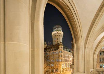 Blick auf den Urania Sternwarte Zürich Turm durch Arkadenbögen