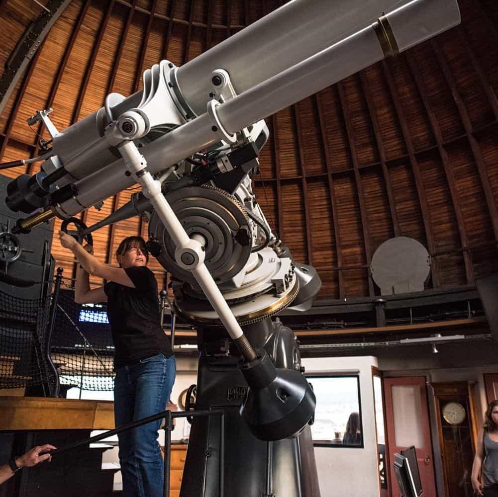 Demonstratorin am Teleskop in der Urania Sternwarte Zürich