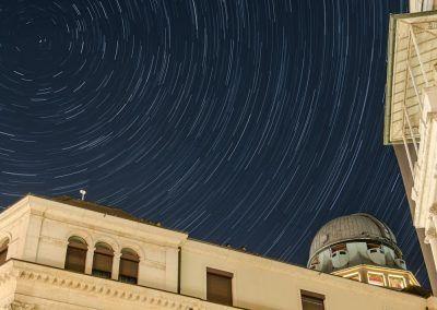 Langzeitaufnahme des Sternenhimmels und Kuppelturm der Urania Sternwarte Zürich