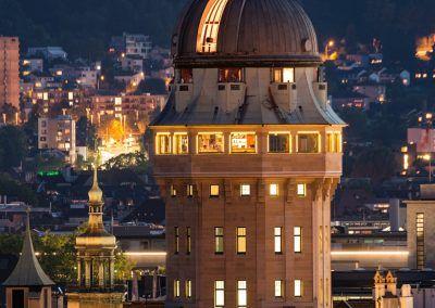 Urania Sternwarte Zürich Turm beleuchtet bei Nacht