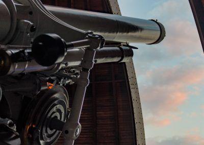 Teleskoprohr mit offenem Kuppeldach am Tag