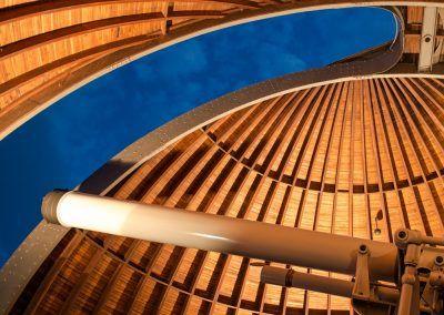 Teleskop mit offenem Kuppeldach von Innen